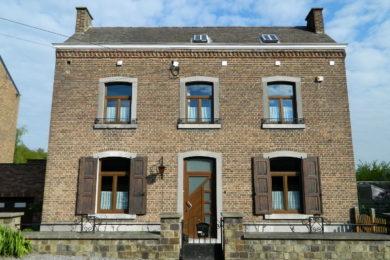 Caractère authentique d'une maison avec de nouveaux châssis PVC imitation bois à Wépion