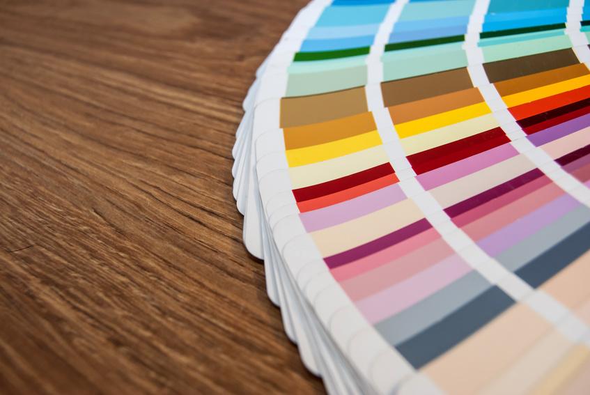 Echantillon de couleur sur table en bois